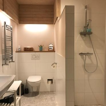 Privé badkamer met inloopdouche, toilet, wastafel en vloerverwarming