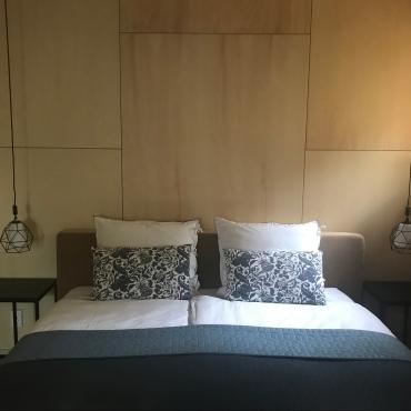 Appelbergenkamer met Auping boxspring 1:80 x 2:10 met fijn bedlinnen en privé badkamer en suite