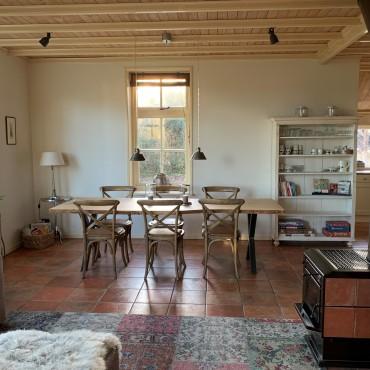 Woon- eetkamer met houtkachel en vloerverwarming