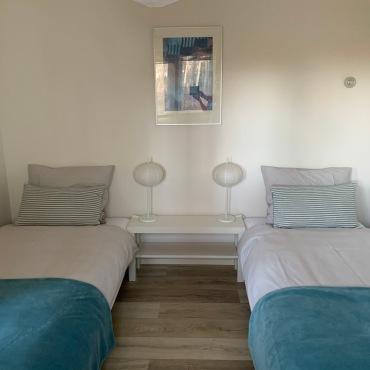 2e slaapkamer met eenpersoonsbedden, kan ook als tweepersoonsbed opgemaakt worden