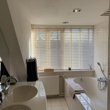 Badkamer met dubbele wastafel, ligbad, douche, vloerverwarming